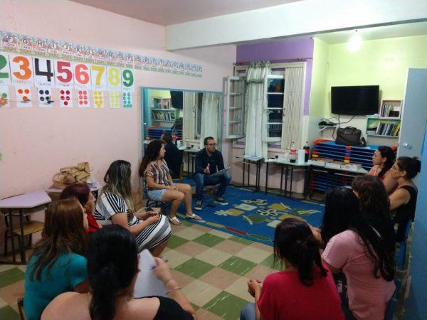 Sindicato Senalba dialoga com os profissionais de duas escolas.